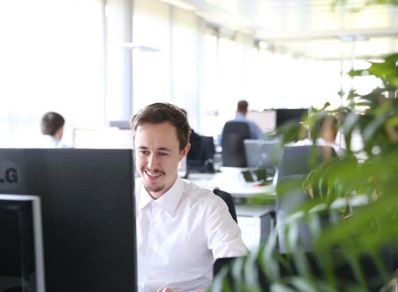 Büro Stuttgart - Mitarbeiter arbeitet am PC