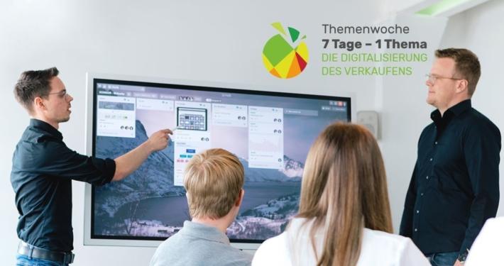 Mitarbeiter in einer Besprechungssituation vor einem Bildschirm