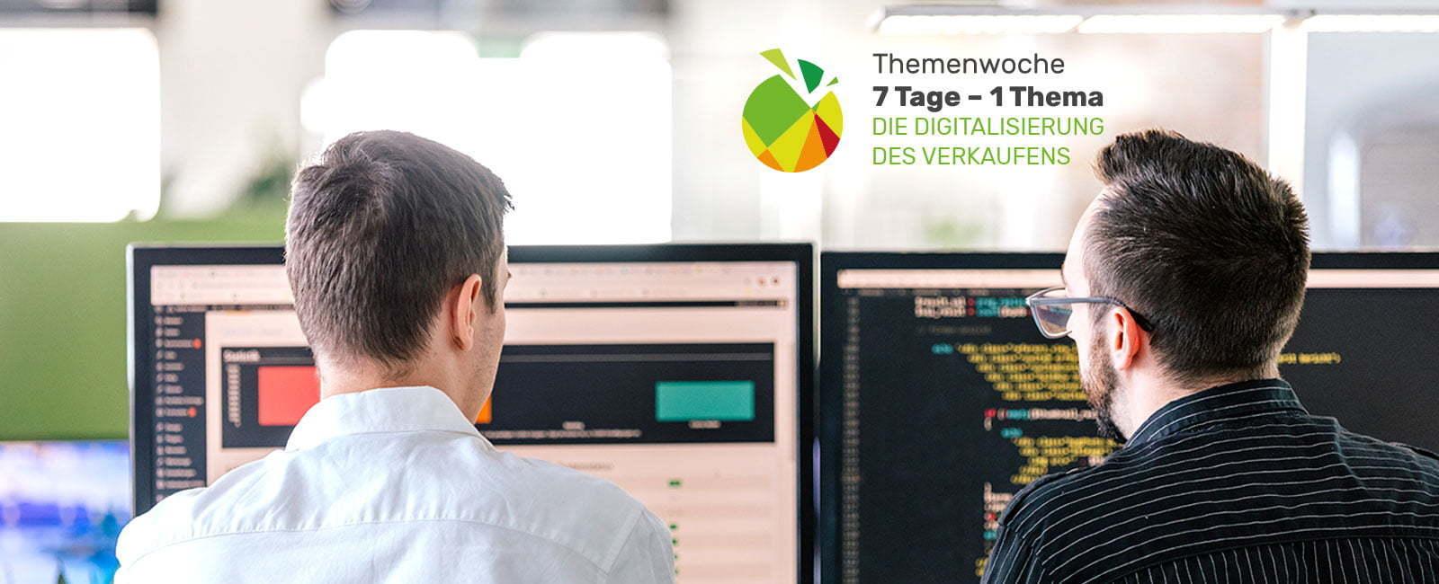 Zwei Programmierer von hinten am Arbeiten vor zwei Monitoren