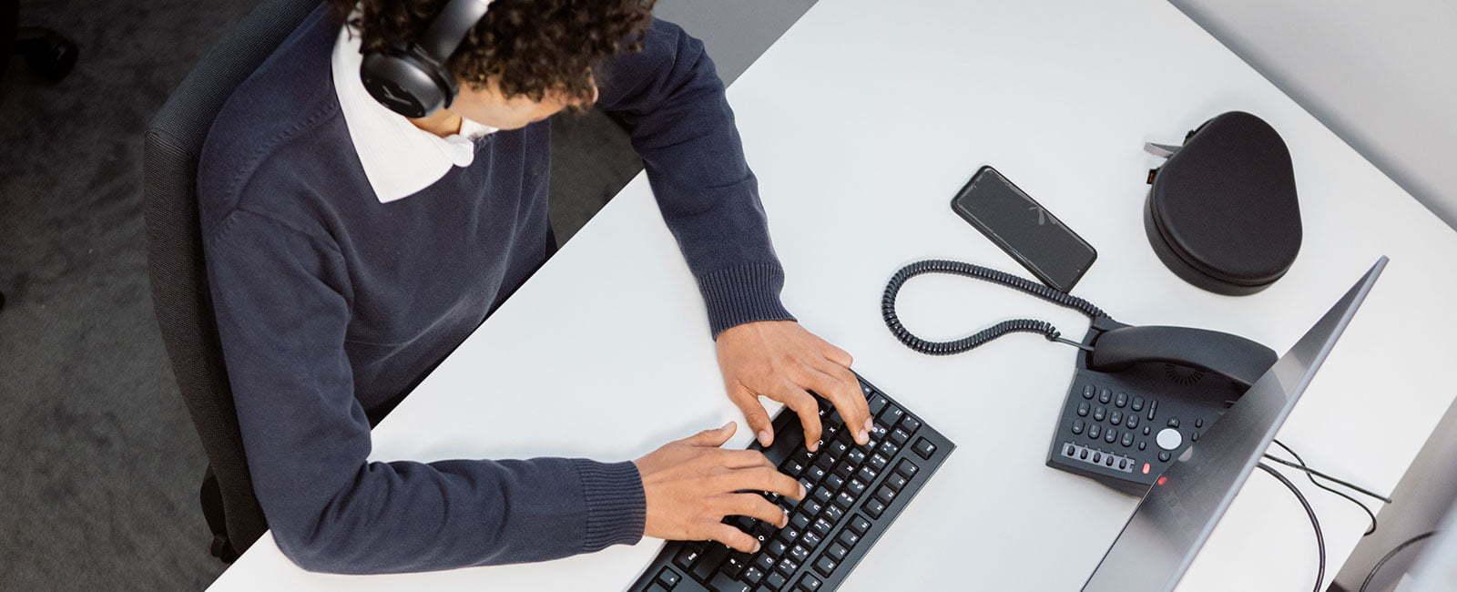 Mitarbeiter sitzt am Pc und schreibt