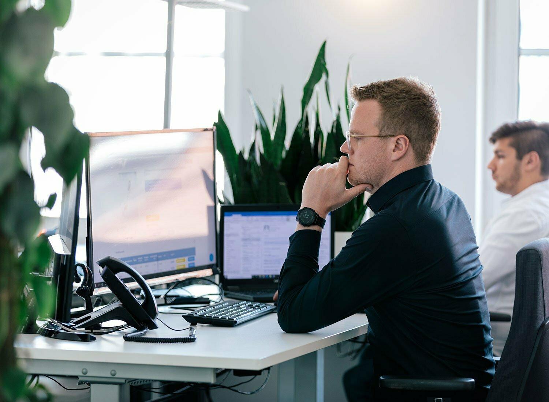 Mann am Arbeitsplatz - nachdenklich
