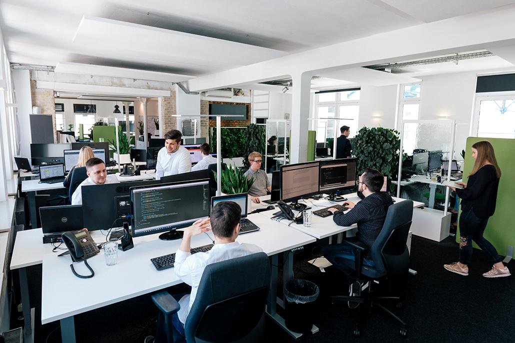 Menschen sitzen im Büro in Heilbronn