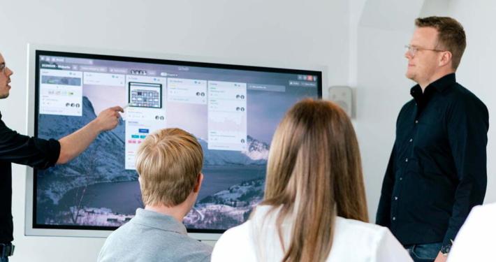 Besprechung zu Online-Marketing mit einem Whiteboard