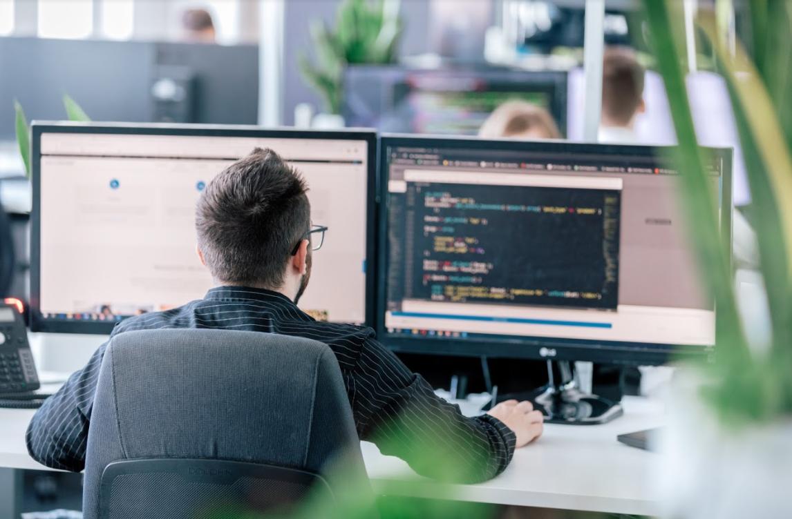 Entwickller programmiert in einer angenehmen Büroatmosphäre.
