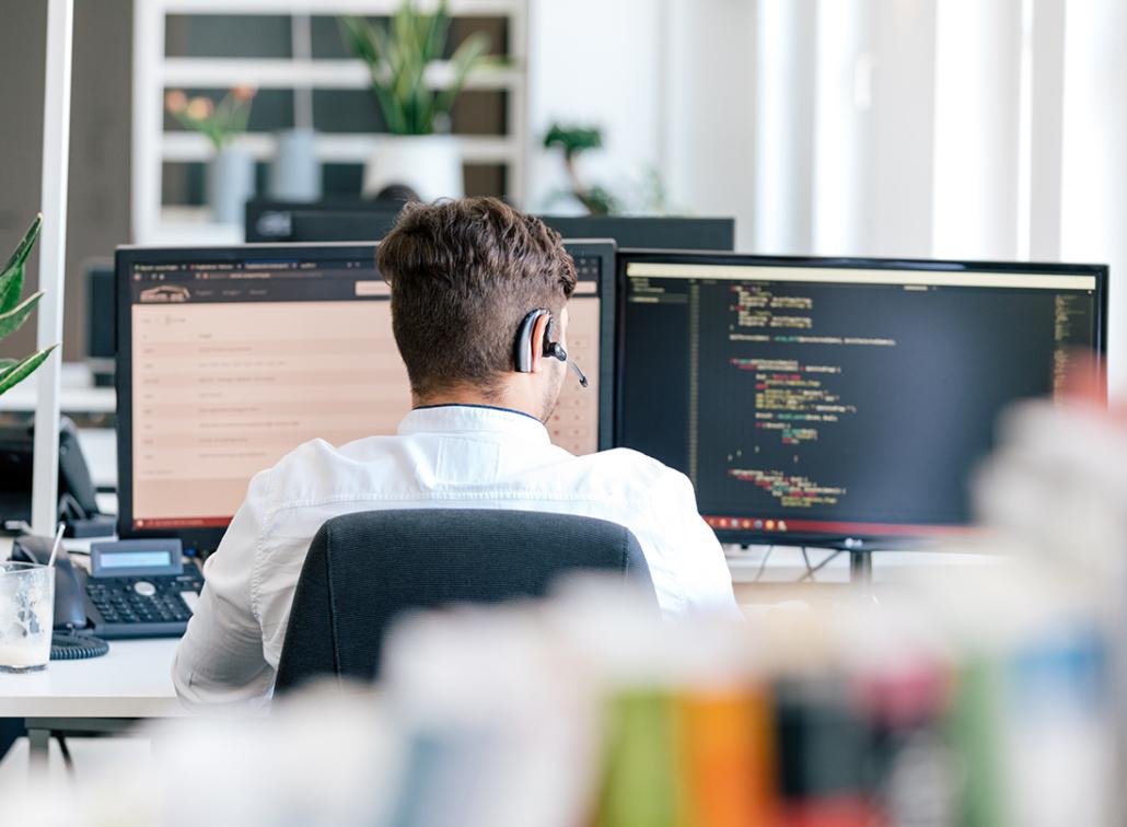 Entwickler programmiert in einer angenehmen Büroatmosphäre.