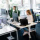 Das Büro in Stuttgart - Mitarbeiterin läuft durch das Bild und Mitarbeiter arbeiten