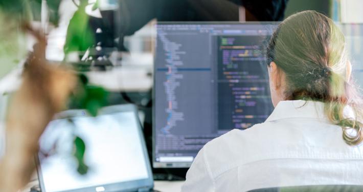 Shopware-Entwickler vor Computer